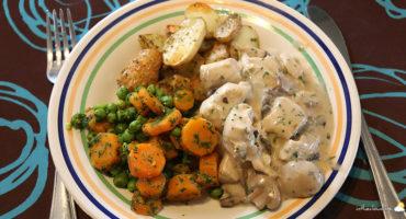 Dés de poulet sauce aux champignons et petits pois-carottes