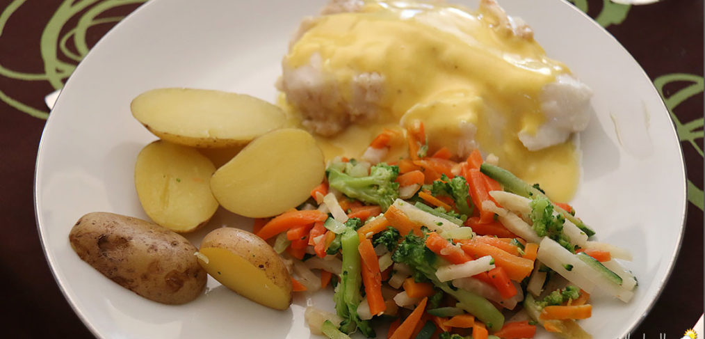Dos de cabillaud, sauce hollandaise, émincé de légumes et pommes grenailles