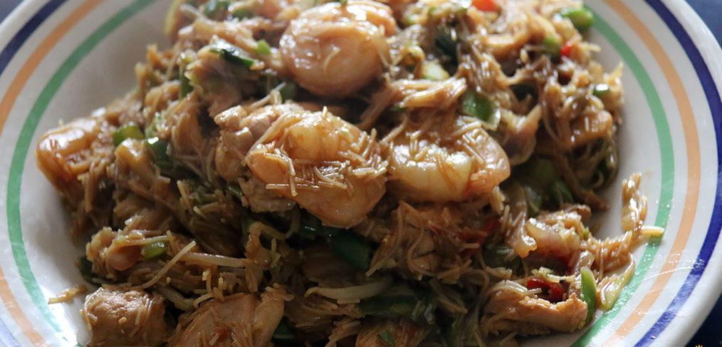 Vermicelle de riz sauté aux légumes, poulet & scampis