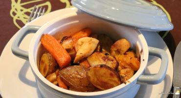 Cocotte de poulet, grenailles et légumes multicolores grillés