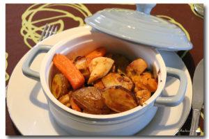 Cocote de poulet, grenailles et légumes multicolores grillés