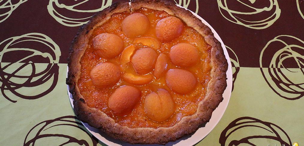 Tarte sablée noisette, compotée d'abricots et abricots