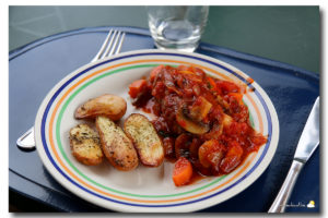 Oiseau sans tête à la sauce tomate et grenailles à la provençale