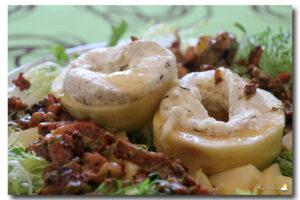 Frisée lardon, fromage frais de chèvre & pommes