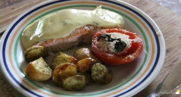 Pavé de saumon sauce béarnaise, tomate & grenailles au four