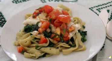 Filet de cabillaud à la tomate et tagliatelles aux épinards