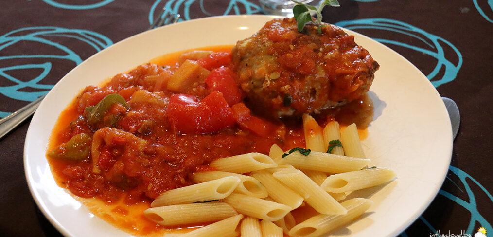 Boulettes en sauce tomate à l'aubergine et aux poivrons, Penne Rigate